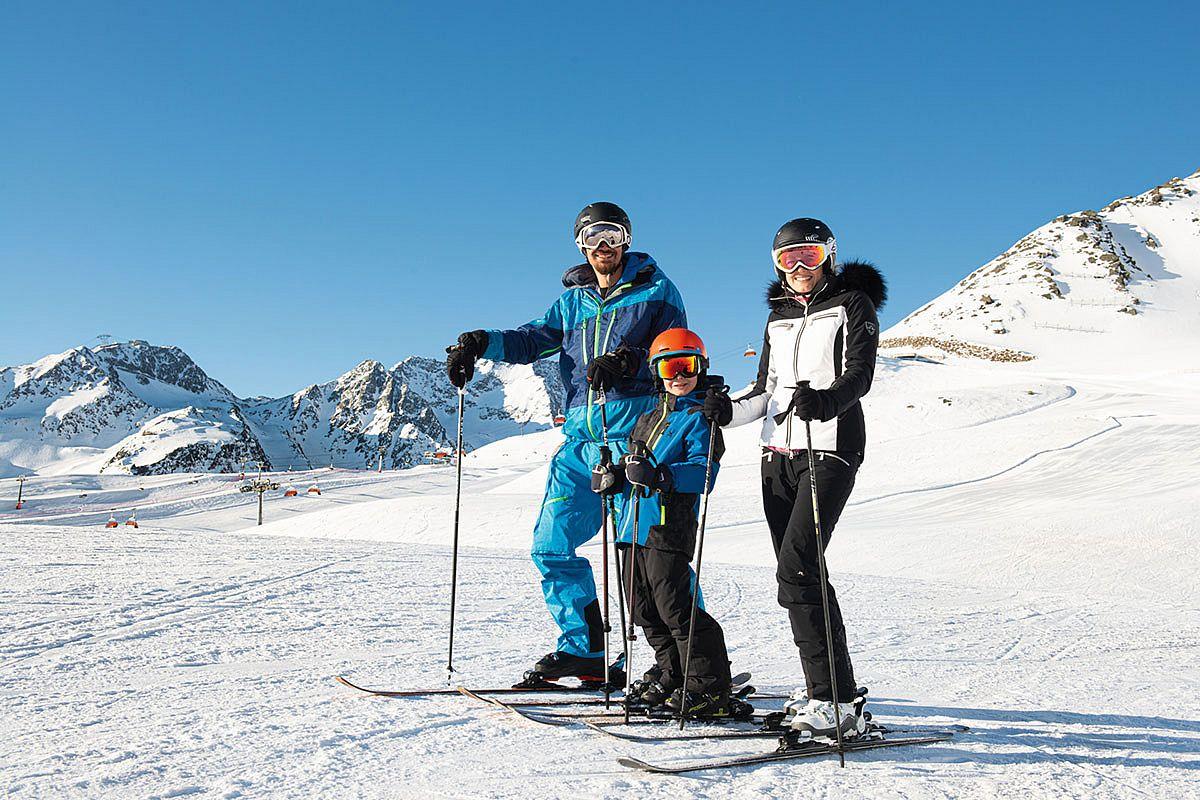 Familie beim Skifahren in Sölden